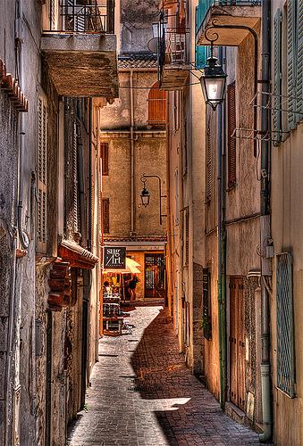 Petite rue dans le quartier du Suquet by lucbus