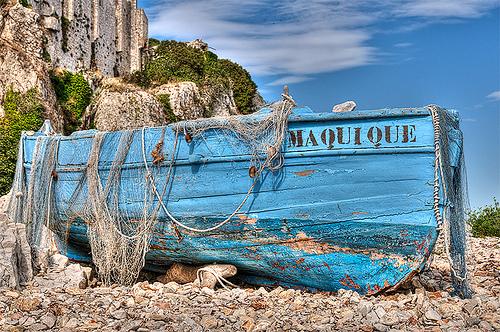Vieille barque bleue sur l'Ile Sainte-Margherite. par lucbus