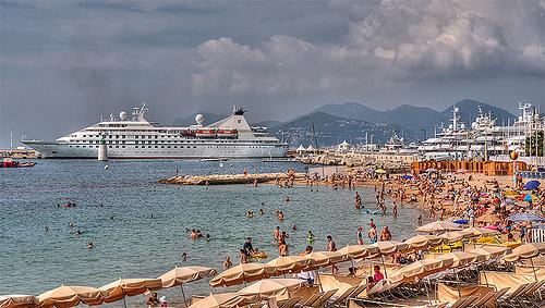 La plage bien remplie de Cannes par lucbus