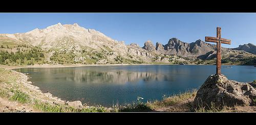 Paysage sacré au Lac d'Allos et les Grandes Tours par oliviervallouise