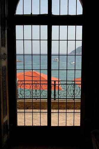 Fenêtre sur mer by pizzichiniclaudio