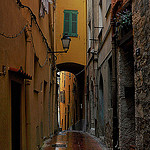 Ruelle sous la pluie par Charlottess - Menton 06500 Alpes-Maritimes Provence France