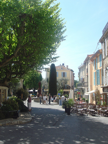 Place du village à Mougins par Blue Blanket