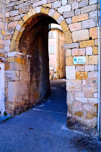La Porte Sarrazine, sur la place de l'Eglise par giannirocchi