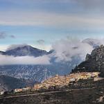 Sainte-Agnès sur la crête entre nuages par Charlottess - Sainte-Agnès 06500 Alpes-Maritimes Provence France