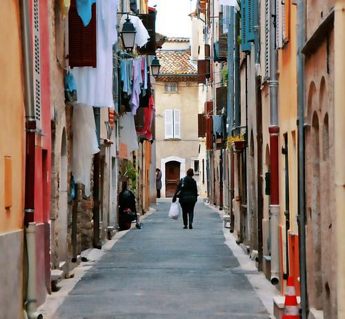 Ruelle toute en couleurs à Vence by marty_pinker