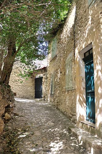 Ruelle du village de Lurs by Charlottess