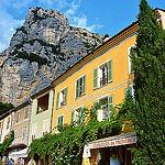 Moustiers Sainte Marie dominé par la montagne par nic( o ) - Moustiers Ste. Marie 04360 Alpes-de-Haute-Provence Provence France