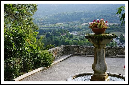 Fontaine à Moustiers Sainte Marie par Géo-photos