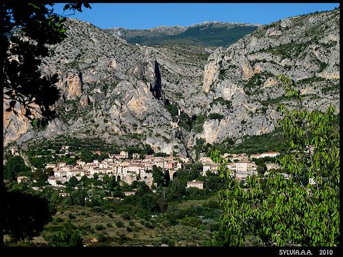 Le village de Moustiers Ste. Marie par Sylvia Andreu