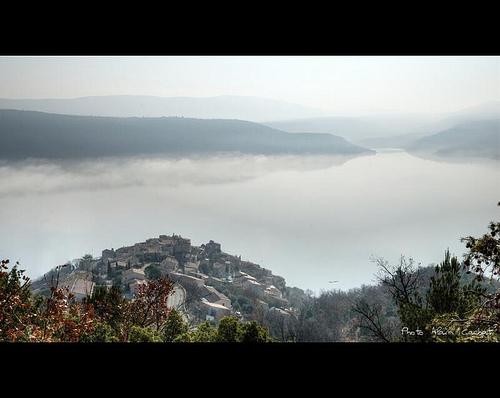 Brouillard sur le Lac et le village de Sainte-Croix-du-Verdon par Alain Cachat