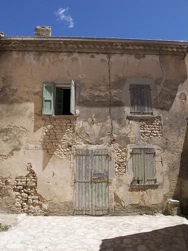 Facade de maison à Simiane La Rotonde par Qtune