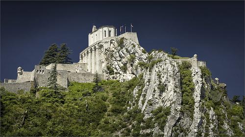 La citadelle de Sisteron sur son éperon rocheux par cicay