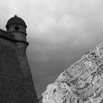 Face à face : la montagne face à la forteresse de Sisteron par S.pT - Sisteron 04200 Alpes-de-Haute-Provence Provence France