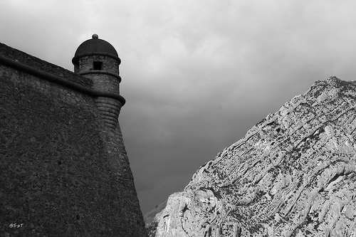Face à face : la montagne face à la forteresse de Sisteron par S.pT