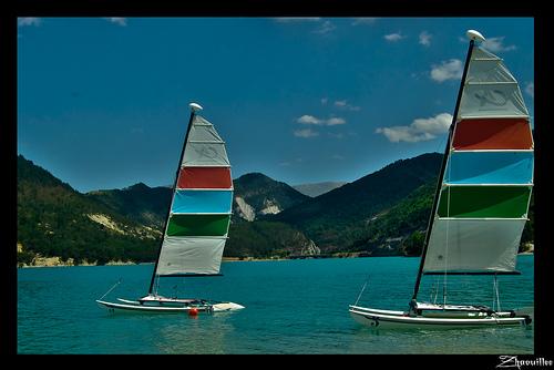 Catamarans sur le Lac de Castillon by Zhaouillee (Dosithee Deed)