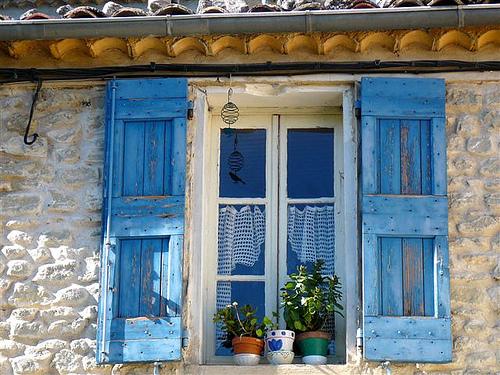Fenêtre aux volets bleu à Saint-Maime par Margotte apprentie naturaliste 2