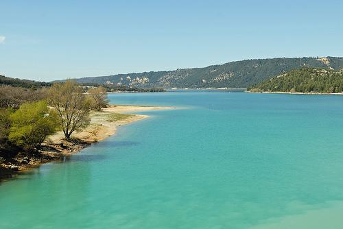 Lac de Sainte Croix et son eau turquoise par pizzichiniclaudio
