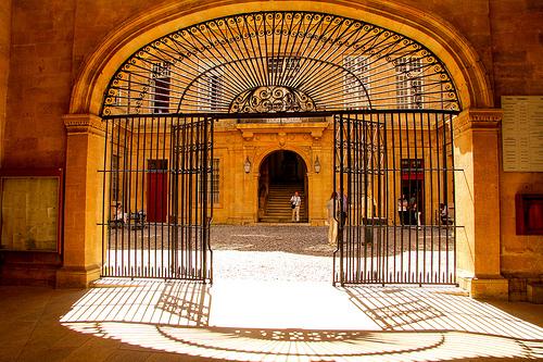 Mairie d'Aix-en-Provence : porte et grille d'entrée  par Meteorry