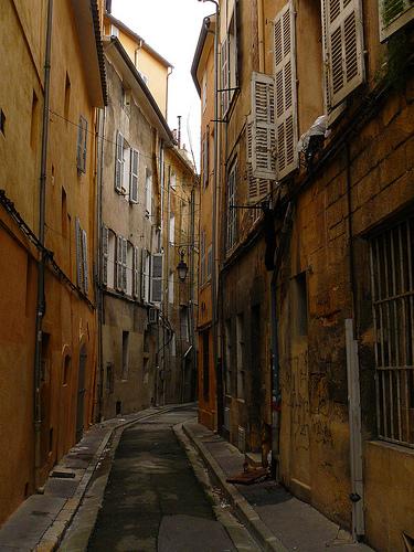 Une ruelle à Aix-en-Provence.  by Antoine 2011