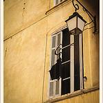 Lanterne à la fenêtre par Alain Taillandier - Aix-en-Provence 13100 Bouches-du-Rhône Provence France
