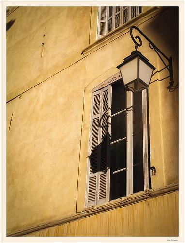Lanterne à la fenêtre par Alain Taillandier