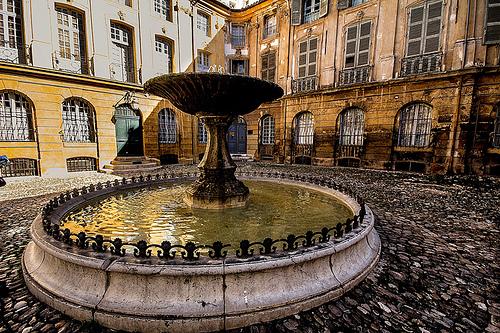 Fontaine d'Albertas - Dans la cour de l'Hôtel d'Aix en Provence par pierre.arnoldi