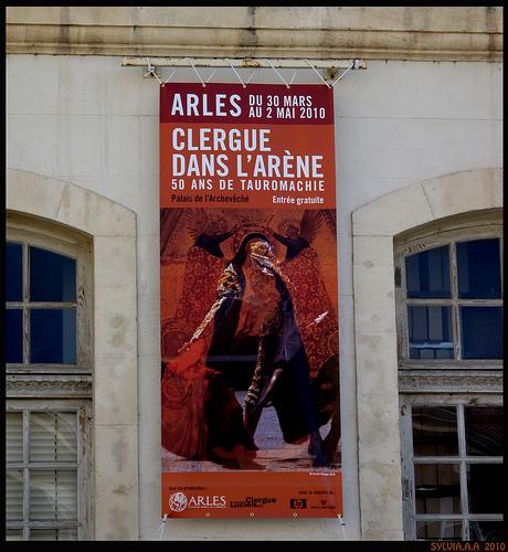 Arles : clergue dans l'arène by Sylvia Andreu