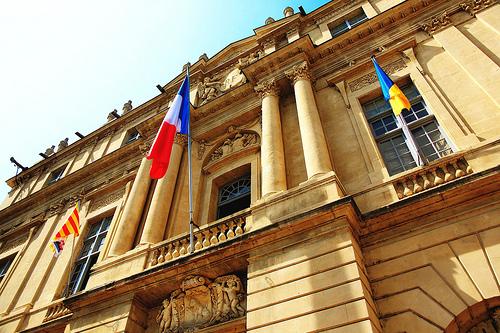 Mairie d'Arles et les 3 drapeaux par 6835