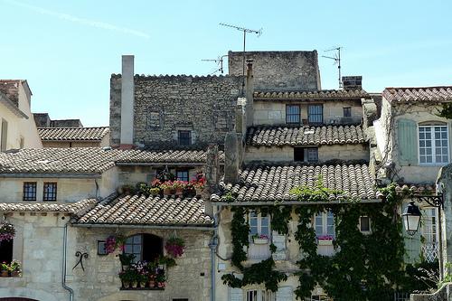 Les toits en tuiles d'Arles par Discours de Bayeux