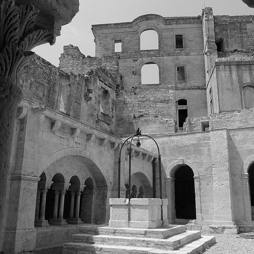 Cour de l'ancien cloitre de l'Abbaye de Montmajour par dmirabeau