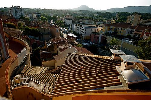 Les toits d'Aubagne by bluerockpile