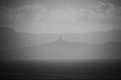 Notre Dame de la Garde vu  le sentier du littoral de Niolon.  by Julien Desclaux