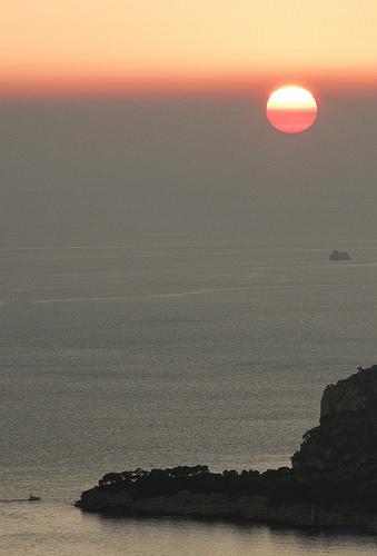 Soleil rouge au dessus des calanques de Cassis par feelnoxx