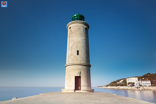 The Lighthouse / Feu vert du port de Cassis par axelguedj