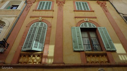 Cassis - façade en jaune et rose par larsen & co