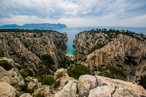 Calanque d'En-vau... la roche découpée en deux par la plage par guitou2mars