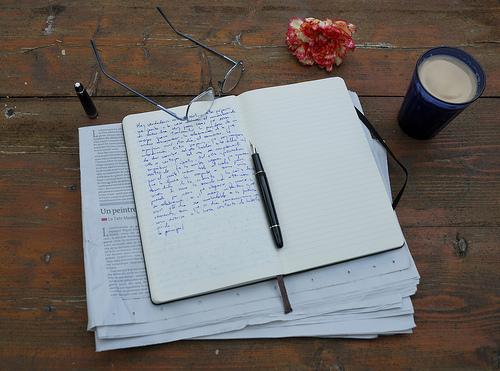 Café, cuaderno y flor al amanecer par Miguel Ángel Yuste
