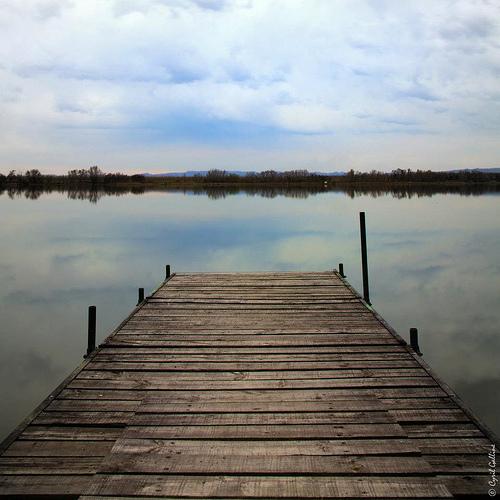 Ponton sur l'étang d'Entressen par cyrilgalline