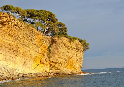 Falaise mille-feuille tombant dans la mer.... by FranceParis92