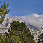 Entre les arbres - Le sommet de la montagne Sainte-Victoire par  - Le Tholonet 13100 Bouches-du-Rh&ocirc;ne Provence France