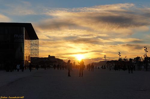 Coucher de soleil - Spectacle de fin de journée à Marseille la Joliette par sabinelacombe
