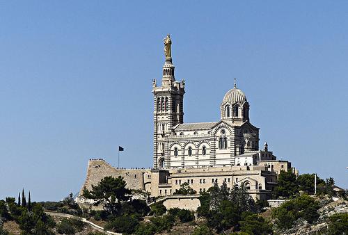 La Bonne Mère qui surplombe Marseille by mary maa