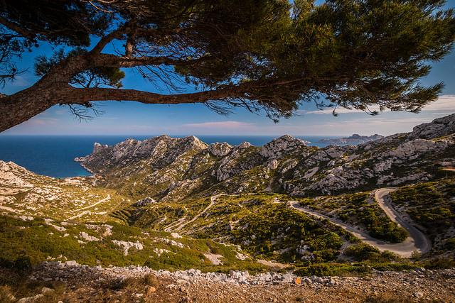 Calanque de Sormiou : attention route sinueuse pour s'y rendre ! (Bouches-du-Rhône - Marseille) par Jamani Caillet