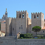 Marseille depuis le Vieux Port : l'église fortifiée par RarOiseau - Marseille 13000 Bouches-du-Rhône Provence France