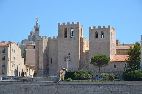 Marseille depuis le Vieux Port : l'église fortifiée by RarOiseau