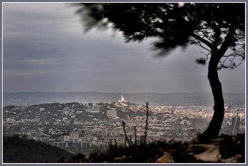 La ville de Marseille par temps d'orage by Charlottess