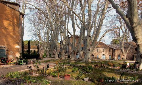 Une ferme dans la vallée des Baux par Tinou61