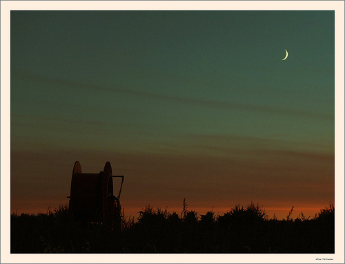 Ciel de fin de reigne et petite lune par Alain Taillandier