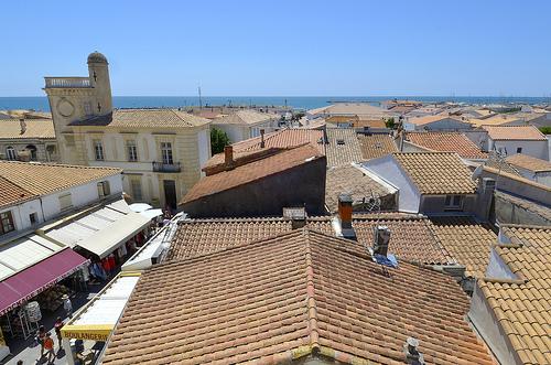 Les toits de Saintes Maries de la mer - Capitale de la Camargue by Massimo Battesini